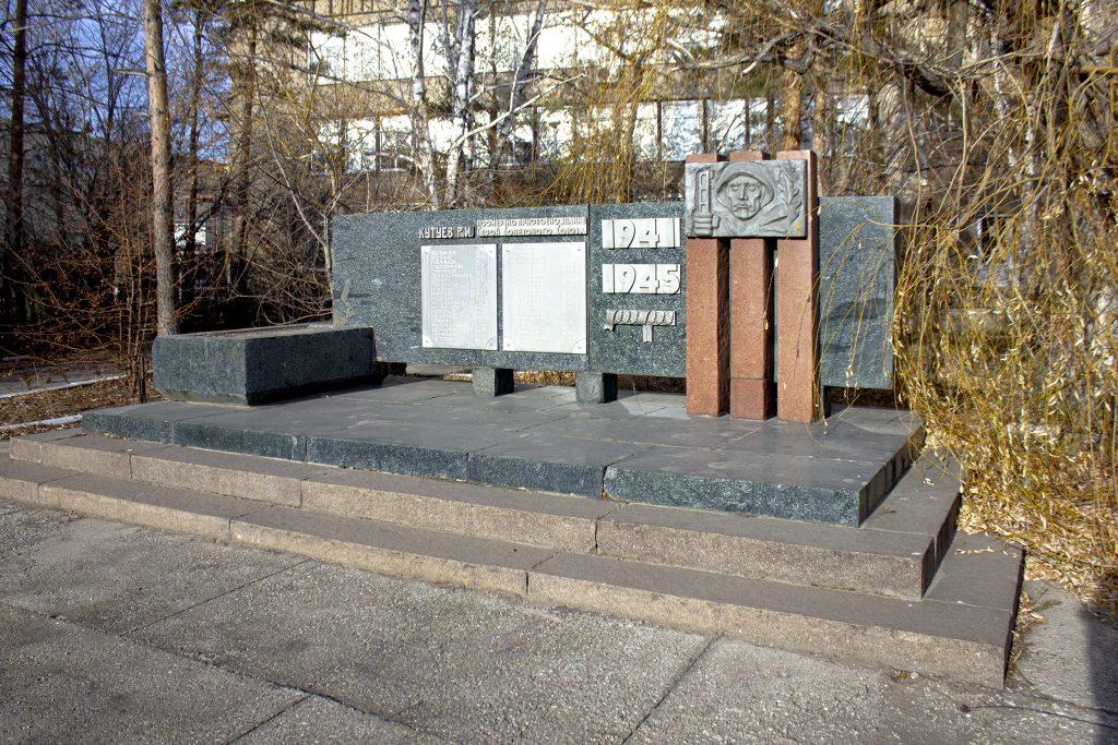 Рельефный памятник- обелиск Герою Советского Союза Р. Кутуеву