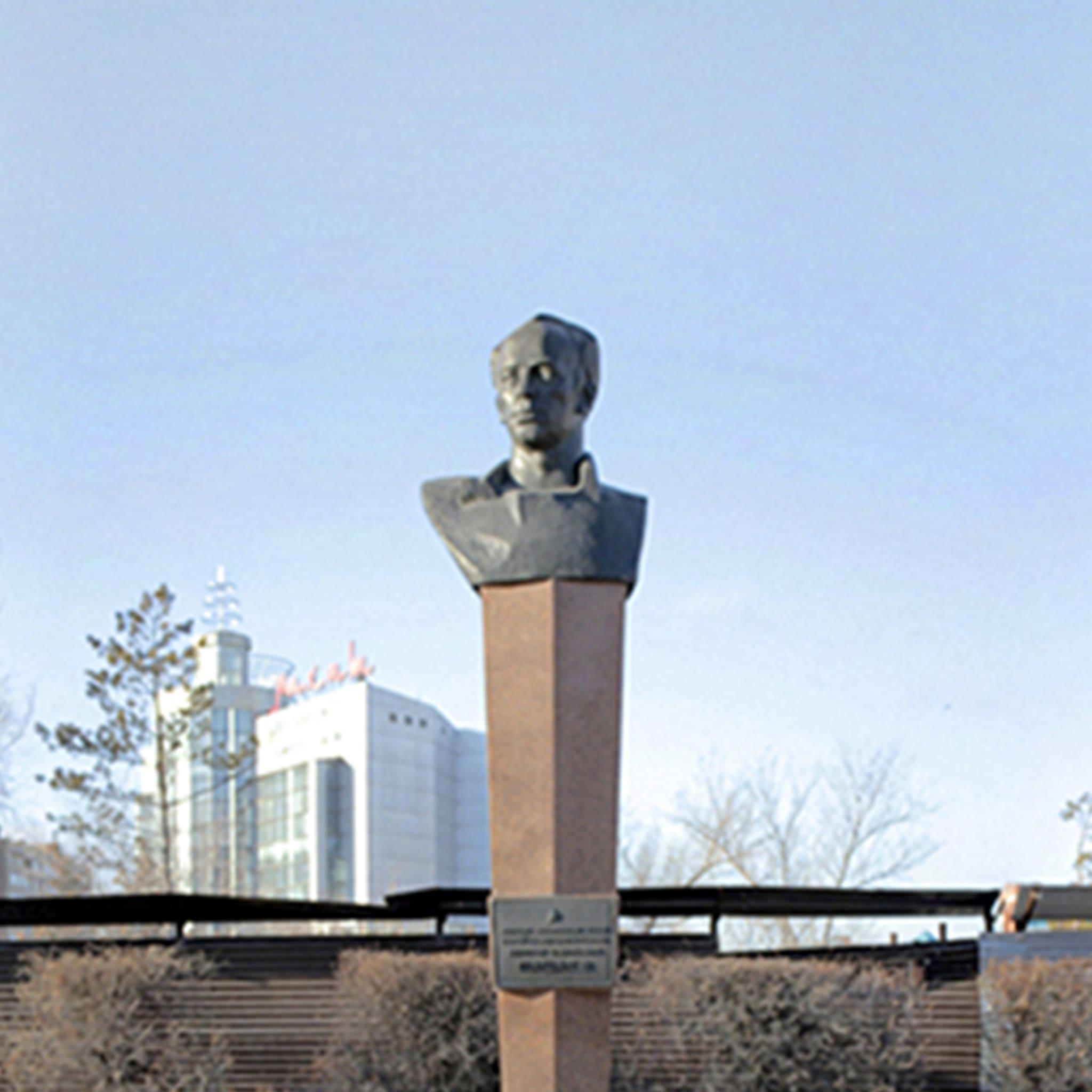 Памятник-бюст Героя Советского Союза, летчик-космонавта В.И. Пацаева
