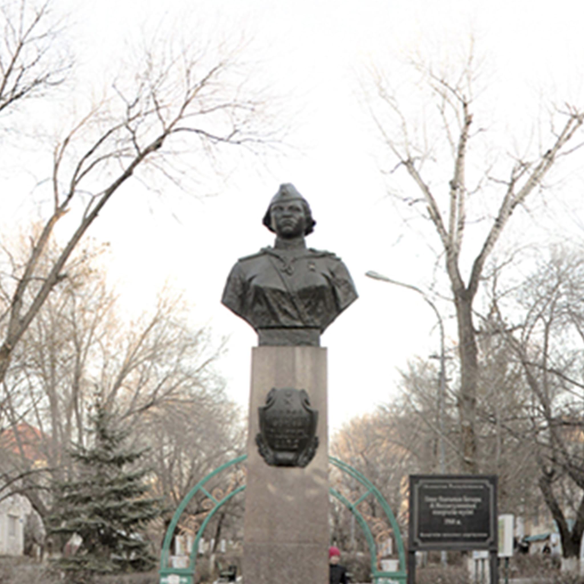 Памятник-бюст Героя Советского Союза А.Молдагуловой