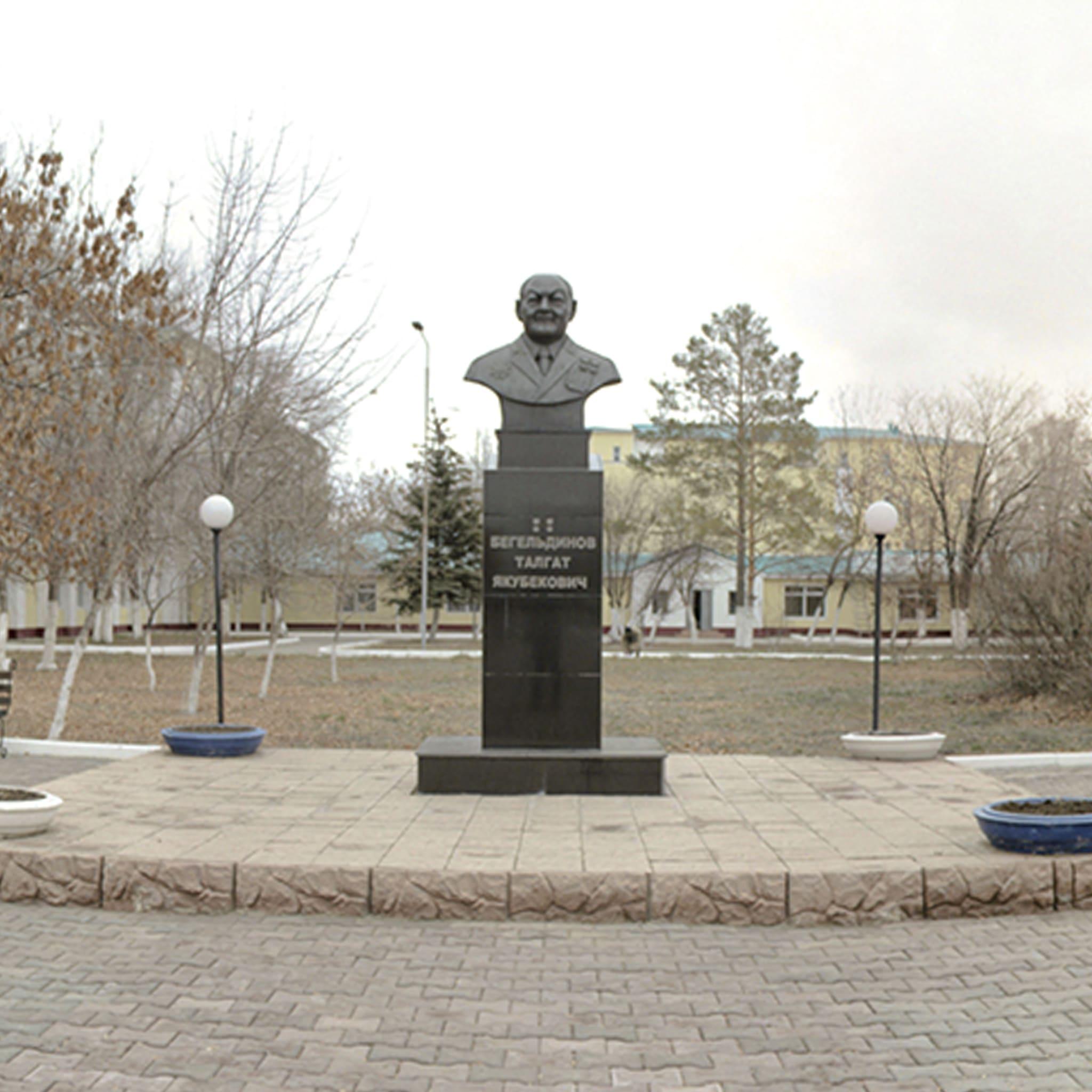 Памятник-бюст дважды Героя Советского Союза Т.Бигельдинова