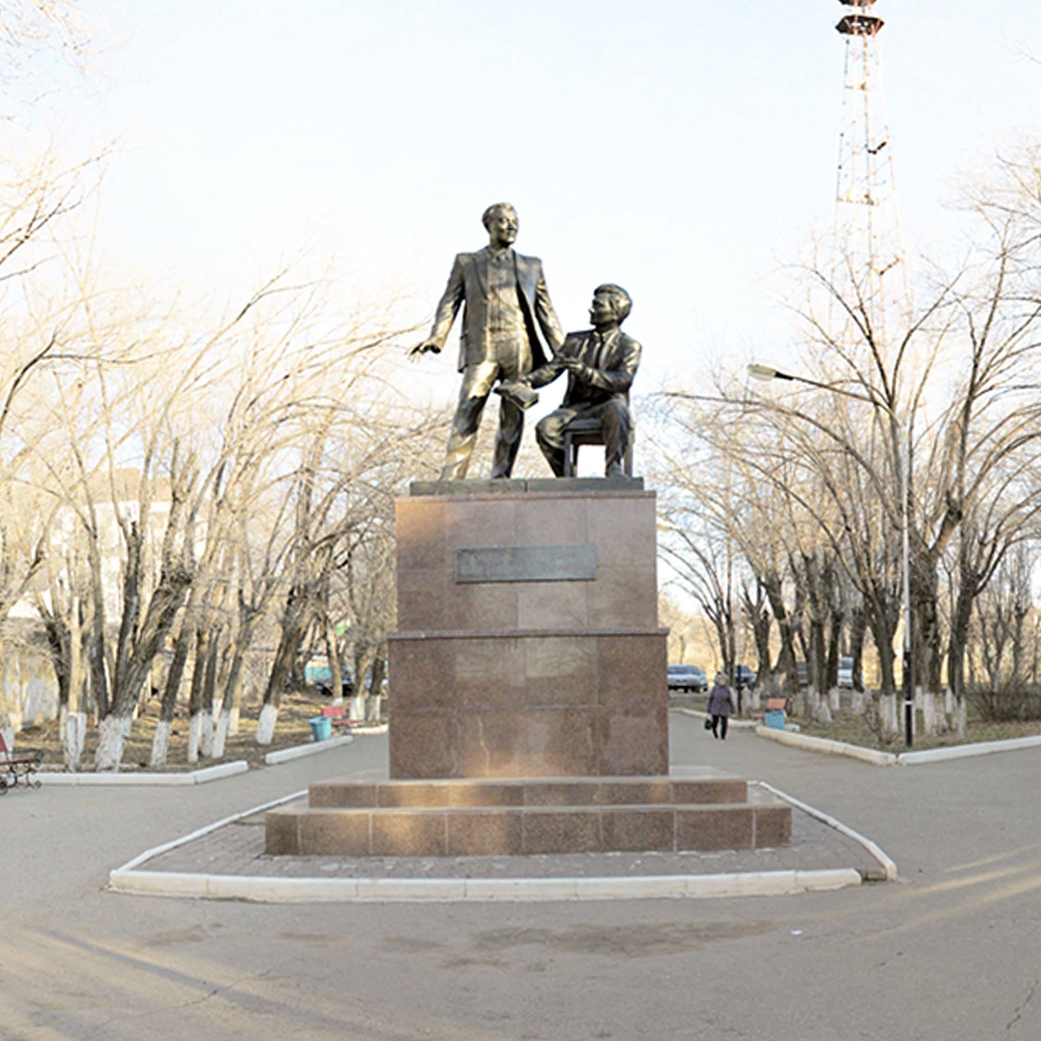 Памятник классикам казахской литературы Т.Ахтанову и К.Шангытбаеву